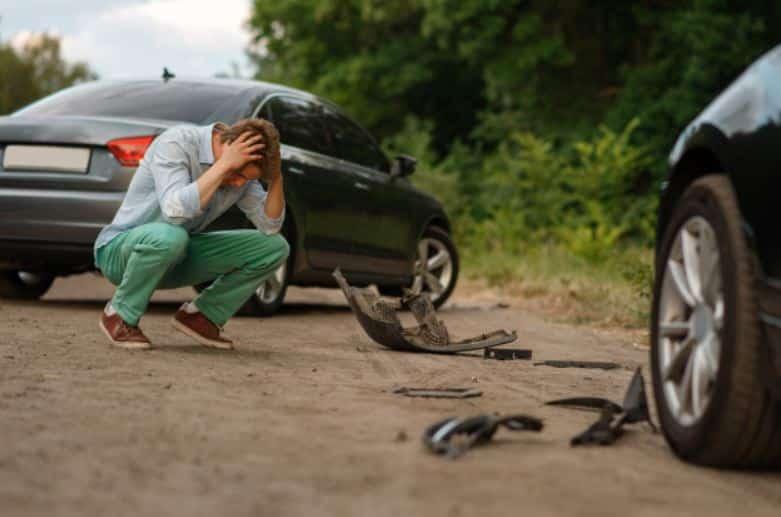 Compensator Defensa Legal de daños | Un hombre preocupado después de un accidente. Su seguro no lo cubre y llama a Compensator